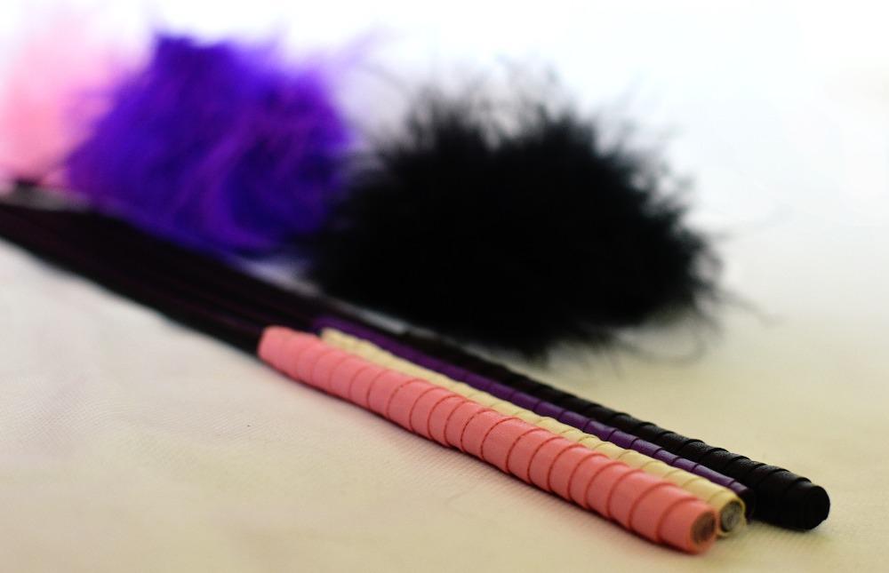 Péřová hračka pro kočky fialová